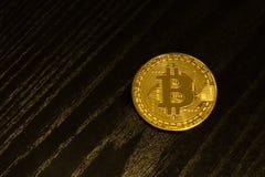 Gouden muntstuk Bitcoin op een zwarte houten plank Close-up Royalty-vrije Stock Afbeelding