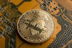Gouden muntstuk bitcoin op motherboard royalty-vrije stock afbeelding