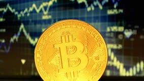 Gouden Muntstuk bitcoin, tegen de achtergrond van de vertoning met een grafiek van citaten crypto-Munt Handel in crypto stock footage