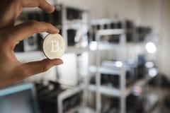 Gouden muntstuk op de achtergrond van computerapparaten Royalty-vrije Stock Afbeeldingen