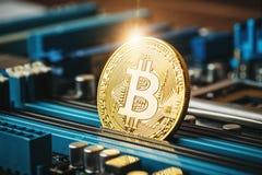 Gouden muntstuk van crypto munt Bitcoin op de spaander van het computernetwerk Royalty-vrije Stock Afbeeldingen