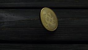 Gouden muntstukken bitcoin cryptocurrencies roteert op een zwarte lijst Langzame Motie Sluit omhoog stock footage