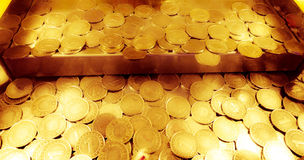 Gouden muntstukken in een de bulldozermachine van het arcademuntstuk Royalty-vrije Stock Fotografie
