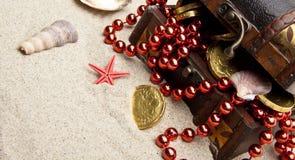 Gouden muntstukken met mariene schatten royalty-vrije stock afbeeldingen