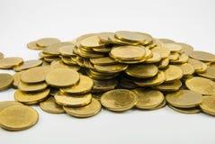 Gouden muntstukken op witte achtergrond Royalty-vrije Stock Fotografie