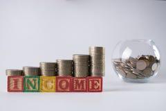 Gouden muntstukken in Spaarvarken Het concept van de inkomensverhoging met stijgende stapel van muntstukken Stock Foto