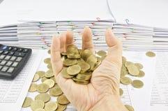 Gouden muntstukken van handvol Royalty-vrije Stock Afbeeldingen