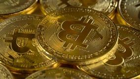 Gouden muntstukkencryptocurrency die bitcoin spinnen Sluit omhoog stock footage