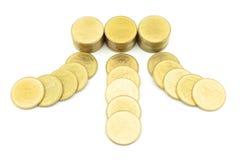 Gouden muntstukrubriek aan stapel van geld Stock Afbeelding