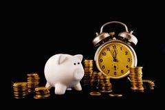 Gouden muntstukstapel, piggy muntstukbank en uitstekende klok op donkere bac Stock Foto's
