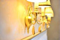 Gouden muurlamp in een rijk binnenland royalty-vrije stock afbeelding