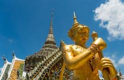 Gouden mythisch strijdersstandbeeld Stock Afbeeldingen