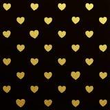 Gouden naadloos patroon van harten op zwarte achtergrond Stock Foto's