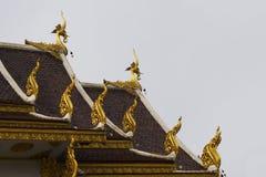 Gouden naga op het dak en de hemel Royalty-vrije Stock Afbeeldingen