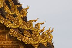 Gouden naga op het dak en de hemel Royalty-vrije Stock Foto's