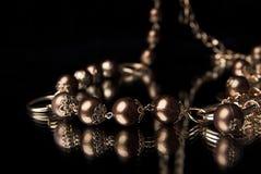 Gouden neclace op een spiegel Royalty-vrije Stock Afbeelding