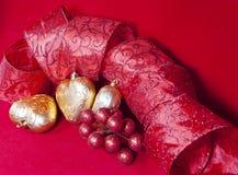 Gouden Nieuwe Year& x27; s harten en decoratief lint Stock Fotografie
