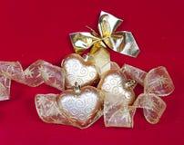 Gouden Nieuwe Year& x27; s harten en decoratief lint Stock Afbeelding