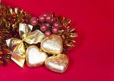Gouden Nieuwe Year& x27; s harten en decoratief lint Royalty-vrije Stock Afbeelding
