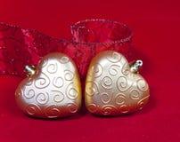 Gouden Nieuwe Year& x27; s harten en decoratief lint Royalty-vrije Stock Afbeeldingen