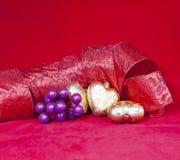 Gouden Nieuwe Year& x27; s harten en decoratief lint Stock Afbeeldingen
