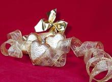 Gouden Nieuwe Year& x27; s harten en decoratief lint Stock Foto