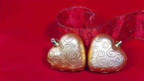 Gouden Nieuwe Year& x27; s harten en decoratief lint Royalty-vrije Stock Foto's