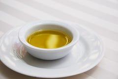 Gouden Olijfolie op Wit Tafelkleed Stock Afbeeldingen