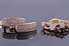 Gouden oorringen in verschillende jaren en in verschillende versies stock foto's