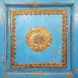 Gouden Oude Ruwe Met de hand gemaakte Decoratieve Ornamenten op Uitstekende Furni stock fotografie