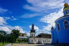 Gouden Overkoepelde het Klooster Kleine Kerk van Kiev Heilige Michael royalty-vrije stock foto