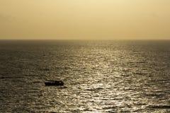 Gouden overzees tijdens zonsondergang Stock Afbeelding