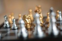 Gouden Paard met vijand in de tactiek en zaken pl van de spelmetafoor Royalty-vrije Stock Fotografie