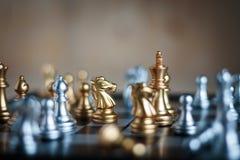 Gouden Paard met vijand in de tactiek en zaken pl van de spelmetafoor Stock Afbeelding