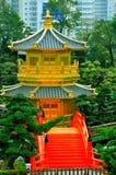 Gouden pagode in Chinese tuin stock afbeeldingen
