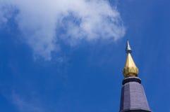 Gouden pagode met blauwe hemel Stock Fotografie