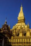 Gouden Pagode met Blauwe Hemel in Wat Pha That Luang - Vientiane, L Royalty-vrije Stock Afbeelding