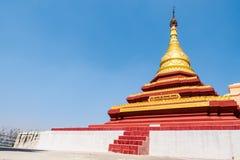 Gouden pagode op blauwe hemelachtergrond Stock Afbeeldingen