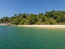 Gouden pagode op het strand in Birma stock foto