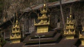 Gouden pagoden op dak stock video