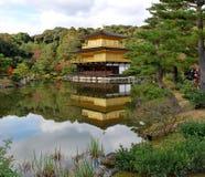 Gouden paviljoen in atumn Stock Fotografie