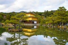Gouden Paviljoen met bezinningen over water in de herfstseizoen, rug Royalty-vrije Stock Afbeelding