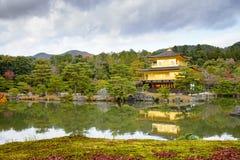Gouden Paviljoen met bezinningen over water in rood esdoornverlof, Au Royalty-vrije Stock Fotografie