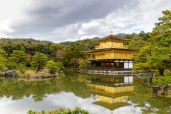 Gouden Paviljoen met bezinningen over water in rood esdoornverlof, Au Royalty-vrije Stock Afbeeldingen