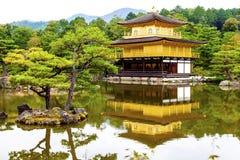 Gouden Paviljoentempel en tuinen Stock Afbeelding