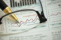 Gouden pen die diagram op financieel rapport toont Stock Fotografie