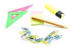 Gouden pen en andere kantoorbehoeften Stock Fotografie