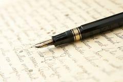 Gouden Pen met Brief en het Schrijven Royalty-vrije Stock Fotografie