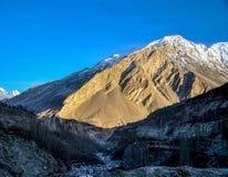 Gouden pieken en sneeuwbergen Stock Foto's
