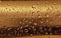 Gouden plaat met waterdalingen op de rond gemaakte oppervlakte Stock Afbeelding